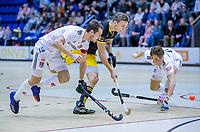 ROTTERDAM  - Noud Schoenaker (Den Bosch) in duel met  Nicky Leijs (Adam) en Teun Kropholler (Adam) .  finale NK  zaalhockey hoofdklasse, Den Bosch H1-Amsterdam H1 (2-5) .   COPYRIGHT  KOEN SUYK