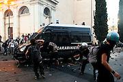 ROMA. BLACK BLOCK ACCERCHIANO E ASSALTANO A COLPI DI SFRANGHE E PIETRE UNA CAMIONETTA DEI CARABINIERI IN PIAZZA SAN GIOVANNI;