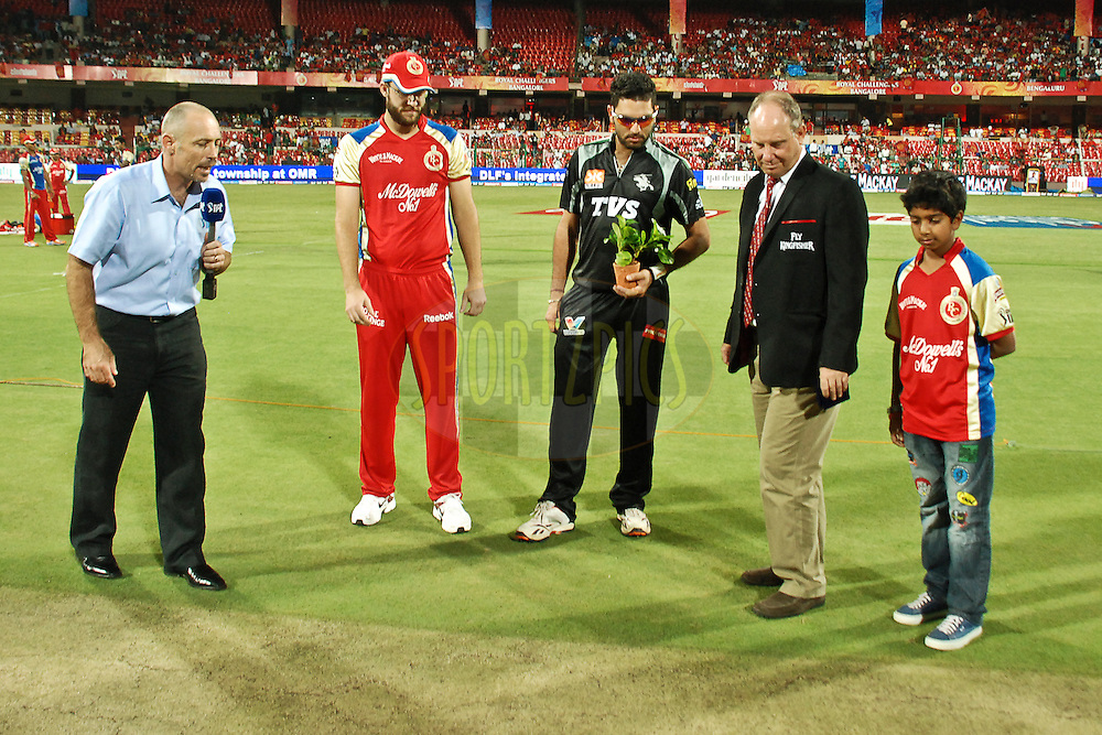 Tv presentar(L), RCB captain Vettori(next) , PW captain Yuvraj and match reffery looking at the coin during match 35 of the the Indian Premier League ( IPL ) Season 4 between the Royal Challengers Bangalore and the Pune Warriors held at the Chinnaswamy Stadium, Bangalore, Karnataka, India on the 29th April 2011..Photo by Saikat Das/BCCI/SPORTZPICS