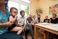 24 AUG 2009, BERLIN/GERMANY:<br /> Bjoern Boehning (3.v.L.), SPD, Direktkandidat Kreuzberg-Friedrichshain zur Bundestagswahl 2009, und Manuela Schwesig (4.v.L.), SPD, Sozialministerin Mecklenburg-Vorpommern und Mitglied im Team S teinmeier, waehrend dem Besuch des Familienzentrums Mehringdamm, Berlin-Kreuzberg<br /> IMAGE: 20090824-03-008<br /> KEYWORDS: Kinder, Kind, Kindergarten, Migranten