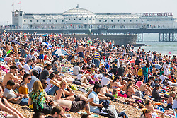 © Licensed to London News Pictures. 21/04/2019. Brighton, Thousands of visitors take to the beach in Brighton and Hove as sunny and hot weather is hitting the seaside resorts on the Easter Bank Holiday Sunday. Photo credit: Hugo Michiels/LNP