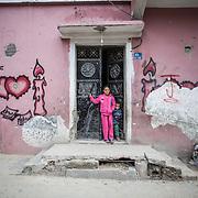 """Shejaya, quartiere a nord della striscia di Gaza. Una delle zone piu colpite dall'attacco israeliano """"Margine protettivo"""". Il quartiere è stato raso al suolo. La popolazione, a distanza di sei mesi dalla fine della guerra, vive tra le macerie della propria casa, al freddo, senza luce, gas e acqua. Nella foto una bambina e un bambino escono da una casa. Dopo la guerra tantissimi bambini sono rimasti senza genitori e vivono insieme ad altre famiglie del quartiere, sopravvissute ai bombardamenti."""