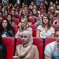 Nederland, Amsterdam, 1 september 2016.<br /> Facultaire introductiedag voor eerstejaars studenten geneeskunde in de Amstelzaal van VUmc.<br /> <br /> Op donderdag 1 september 2016 starten 350 kersverse geneeskundestudenten met hun studie geneeskunde bij VUmc School of Medical Sciences. Om die reden organiseren de MFVU en het Instituut voor Onderwijs en Opleiden (IOO) de Facultaire Introductiedag. Na het plenaire programma in de Amstelzaal is er een lunch en een informatiemarkt. Vervolgens worden de studenten in groepjes rondgeleid door de Medische Faculteit en zijn er nog een aantal informatierondes.(Bron: VUmc)<br /> <br /> Foto: Jean-Pierre Jans