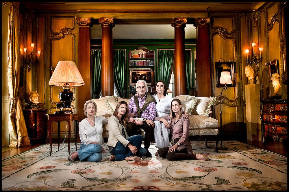 Marc Bonnant avec son epouse Marianne et leurs filles dans le salon de leur maison. De g. a dr: Desiree, Arlene et Camille. Gy, Mai 2011 © Fred Merz | Lundi13
