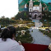 TOLUCA, México.- La Plaza de los Mártires alberga la Exposición de Nacimientos como parte de las actividades del Festival de Invierno Toluca 2010, en donde los escenarios y materiales de cada uno cambian, algunos son de pequeño tamaño y otros de tamaño natural, los participantes son de diversas comunidades de la ciudad. Agencia MVT / Crisanta Espinosa. (DIGITAL)