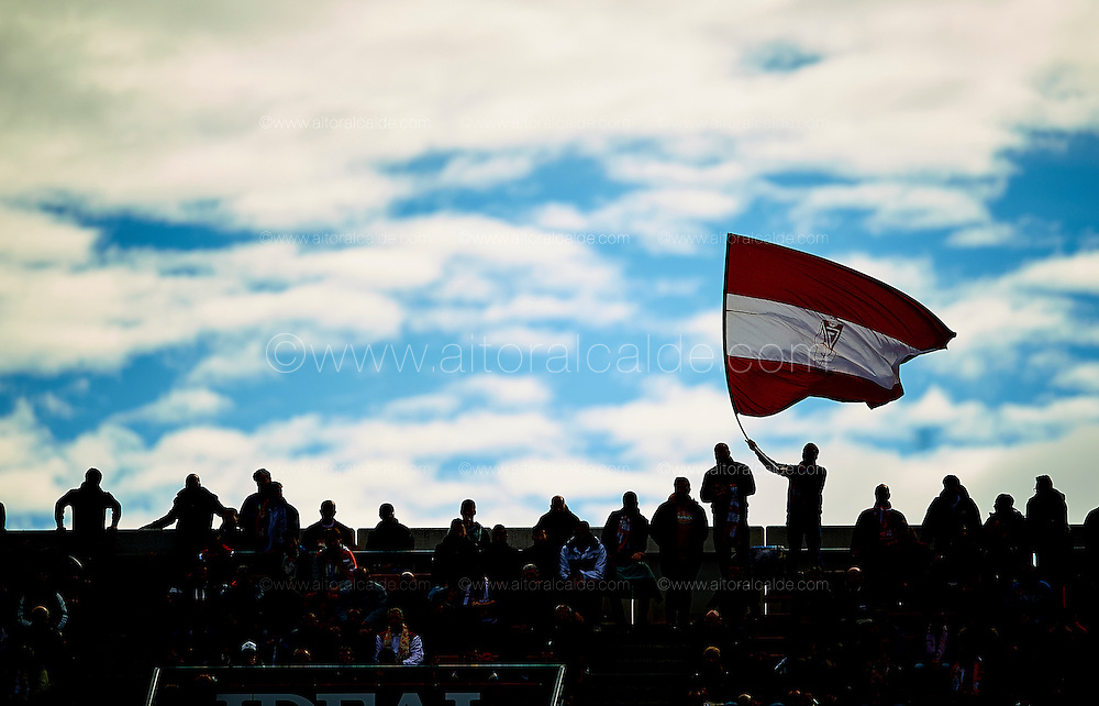 GRANADA, SPAIN - DECEMBER 03:  Fans of Granada cheers during the La Liga match between Granada CF and Sevilla FC at Estadio Nuevos Los Carmenes on December 03, 2016 in Granada, Spain.  (Photo by Aitor Alcalde Colomer/Getty Images)