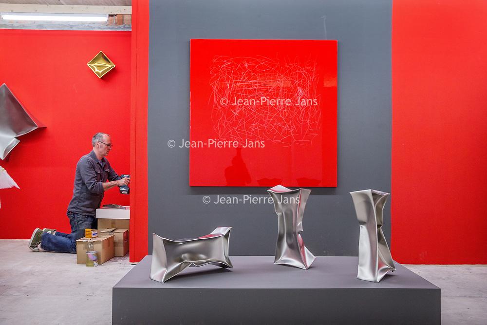 Nederland, Amsterdam, 15 mei 2017.<br />Amsterdam Art Fair is dé reizende kwaliteitsbeurs van hedendaagse kunst in Nederland voor liefhebber en verzamelaar. Na het succes van de eerste editie in de voormalige Citroëngarage (2015) en de tweede editie op het Museumplein (2016), opent Amsterdam Art Fair dit keer haar deuren in de Huidekoperstraat, om de hoek van De Nederlandsche Bank.<br /><br />Vanaf 17 mei nemen 50 van de beste galeries van Nederland hun intrek in deze tijdelijke locatie, voor de gelegenheid omgedoopt tot Kunsthal Koper, om 5 dagen lang de nieuwste werken te tonen van de meest spraakmakende kunstenaars van dit moment.<br />Op de foto: de stand van gallerie Art Affairs uit Amsterdam wordt ingericht.<br /><br /><br /><br />Foto: Jean-Pierre Jans