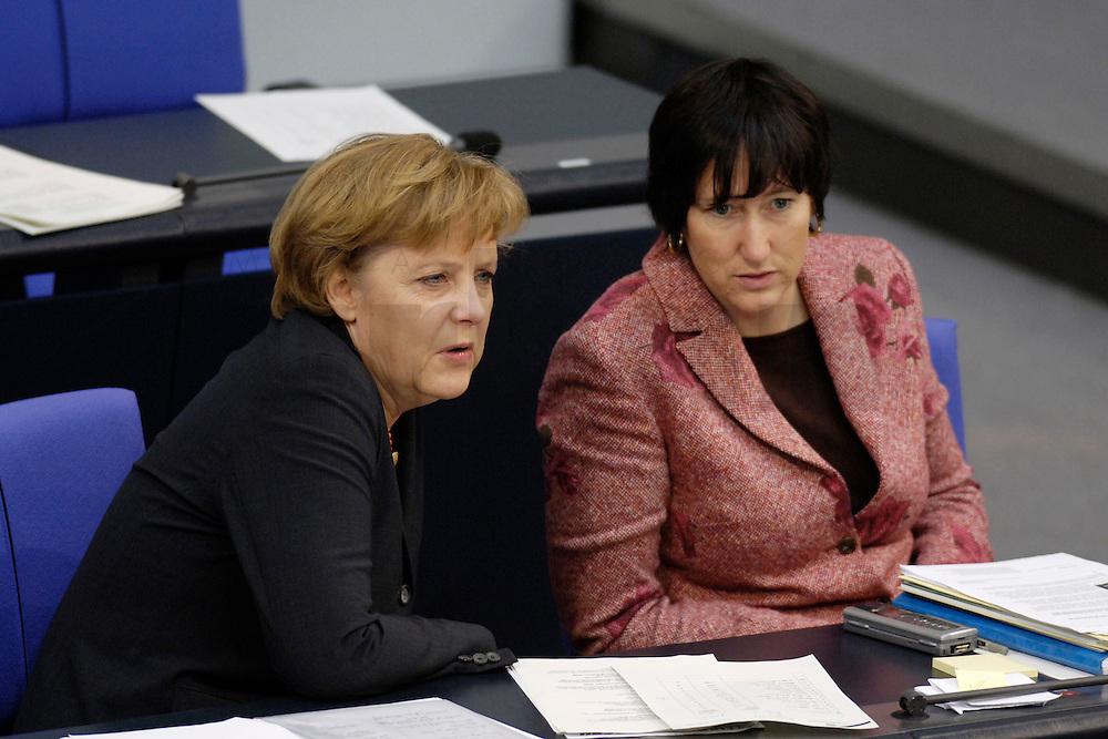 09 FEB 2006, BERLIN/GERMANY:<br /> Angela Merkel (L), CDU, Bundeskanzlerin, und Hildegard Mueller (R), CDU, Staatsministerin im Bundeskanzleramt, im Gespraech, vor Beginn einer aktuelle Stunde zur Erhoehung des Renteneintrittsalters auf 67 Jahre, Plenum, Deutscher Bundestag<br /> IMAGE: 20060209-02-012<br /> KEYWORDS: Hildegard M&uuml;ller, Gespr&auml;ch