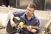 Allan Hurd à la guitare Portrait en direct lors de l'émission radiophonique Francophonie Express  à  Le Mount Stephen / Montreal / Canada / 2019-04-08, Photo © Marc Gibert / adecom.ca