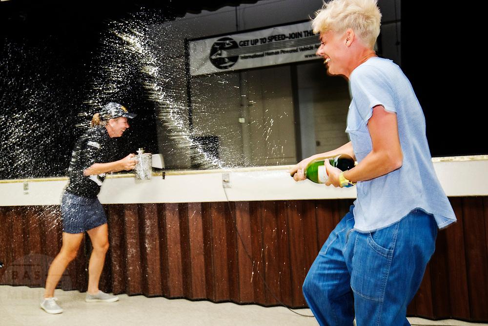 Aniek Rooderkerken wordt natgespoten door haar teamgenote. Rooderkerken heeft het Nederlands record snelfietsen voor vrouwen verbroken. Ze haalde een snelheid van 121,52 kilometer per uur, net te kort voor het wereldrecord. Het Human Power Team Delft en Amsterdam, dat bestaat uit studenten van de TU Delft en de VU Amsterdam, is in Amerika om tijdens de World Human Powered Speed Challenge in Nevada een poging te doen het wereldrecord snelfietsen voor vrouwen te verbreken met de VeloX 7, een gestroomlijnde ligfiets. Het record is met 121,81 km/h sinds 2010 in handen van de Francaise Barbara Buatois. De Canadees Todd Reichert is de snelste man met 144,17 km/h sinds 2016.<br /> <br /> With the VeloX 7, a special recumbent bike, the Human Power Team Delft and Amsterdam, consisting of students of the TU Delft and the VU Amsterdam, wants to set a new woman's world record cycling in September at the World Human Powered Speed Challenge in Nevada. The current speed record is 121,81 km/h, set in 2010 by Barbara Buatois. The fastest man is Todd Reichert with 144,17 km/h.