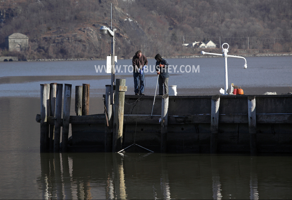 Cornwall-on-Hudson, New York - Two men pull a crab trap from the Hudson River on Dec. 16, 2010. ©Tom Bushey / The Image Works