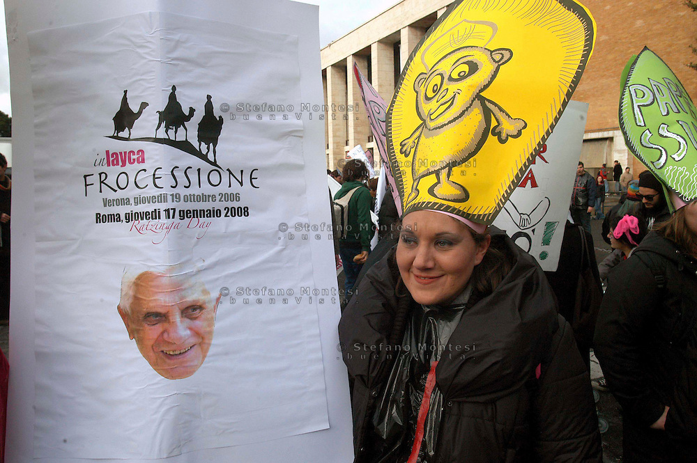 Roma 17 Gennaio 2008 .Manifestazione  degli studenti dell'Università La Sapienza per protestare contro il senato accdemico e il rettore per avere invitato il Papa Benedetto XVI all'inaugurazione dell'anno accademico.
