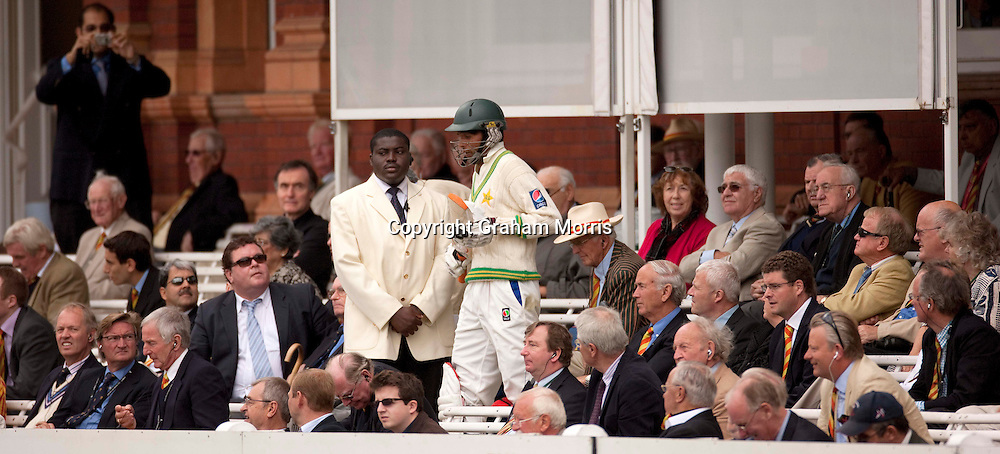 Mohammad Asif walks out to bat past extra security amidst the match fixing scandal during the final npower Test Match between England and Pakistan at Lord's.  Photo: Graham Morris (Tel: +44(0)20 8969 4192 Email: sales@cricketpix.com) 29/08/10