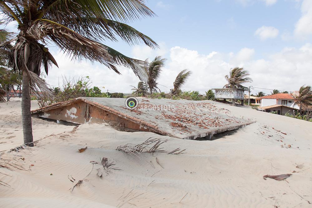 Efeito da movimentacao das duna de Natal por conta do vento, Dunas migratorias em Praia do Genipabu./ This is the efect of the wind and the sea at the dunes of Natal in Genipabu Beach. Rio Grande do Norte, Brasil - 2013
