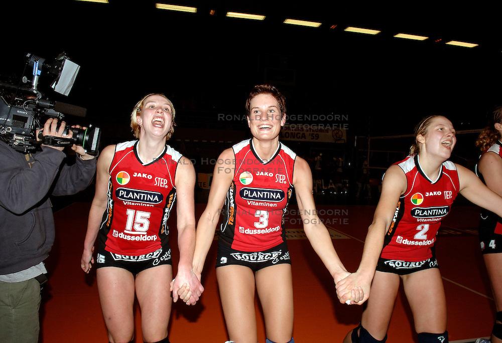 19-01-2006 VOLLEYBAL: TOPTEAMSCUP PLANTINA LONGA - VOLERO ZURICH: LICHTENVOORDE<br /> In de kwartfinale van de strijd op de Top Teams Cup wonnen beide ploegen &eacute;&eacute;n keer met 3-2 en scoorden ze ook nog precies hetzelfde aantal punten en volgt er nu een beslissingswedstrijd / Nathalie Reulink, Elles Leferink en Anja Krause<br /> &copy;2006-WWW.FOTOHOOGENDOORN.NL