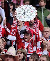 Fussball 1. Bundesliga :  Saison   2009/2010   34. Spieltag   Hertha BSC Berlin - FC Bayern Muenchen    08.05.2010 Jubel Fans mit Meisterschale