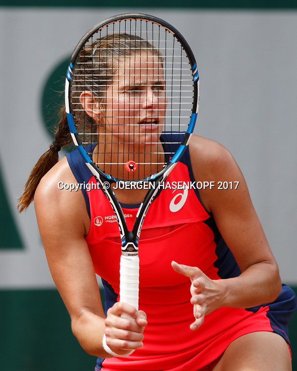 JULIA GOERGES (GER) schaut durch die Schlaegersaiten,kurios<br /> <br /> Tennis - French Open 2017 - Grand Slam ATP / WTA -  Roland Garros - Paris -  - France  - 28 May 2017.