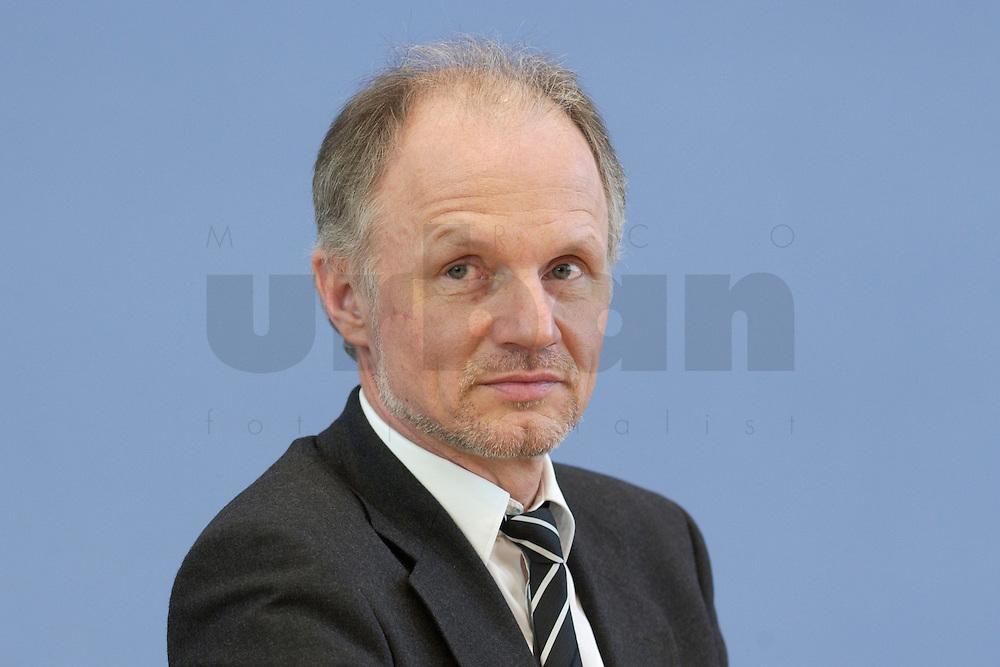 31 MAR 2004, BERLIN/GERMANY:<br /> rainer Baake, Staatssekretaer Bundesumweltministerium, waehrend einer Pressekonferenz zum Kabinettsbeschuss zum Emissionshandel, Bundespressekonferenz<br /> IMAGE: 20040331-01-023<br /> KEYWORDS: BPK, Staatssekret&auml;r
