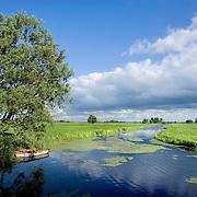 Nederland Stolwijk 29 mei 2007 20070529.bootje in rustiek water landschap. .Serie tbv Schieland en de Krimpenerwaard, deze zorgt als waterschap voor droge voeten en schoon water in een bepaald gebied. Het beheersgebied van Schieland en de Krimpenerwaard strekt zich uit tussen Rotterdam, Schoonhoven en Zoetermeer. Binnen dit gebied zorgt Schieland en de Krimpenerwaard voor de kwaliteit van het oppervlaktewater, het waterpeil en de waterkeringen. Daarnaast beheert Schieland en de Krimpenerwaard een aantal wegen in de Krimpenerwaard...Foto David Rozing