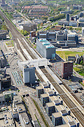 Nederland, Zuid-Holland, Leiden, 09-04-2014; sporen van station Leiden centraal, stationsgebied.  LUMC (akademisch ziekenhuis) rechts van het spoor,  linksboven de het Pesthuis en gebouwen van de Universiteit.<br /> Central station and surroundings with University Hospital and other university buildings of the city of Leiden.<br /> luchtfoto (toeslag op standard tarieven);<br /> aerial photo (additional fee required);<br /> copyright foto/photo Siebe Swart.