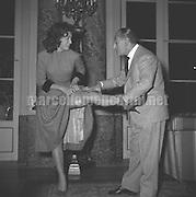 Rome, 1956. Italian comic actor Antonio De Curtis (Known as Totò) estimating the legs of a showgirl / Roma, 1956. Totò mentre valuta le gambe di una soubrette - Marcello Mencarini Historical Archives