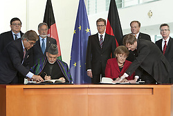 Bildnummer: 57994115..Afghanistan President Hamid Karzai with Chancellor Angela Merkel CDU Sign a bilateral Cooperation Agreement in Federal Chancellery in Berlin, Wednesday May 16, 2012. Photo By imago/I-Images