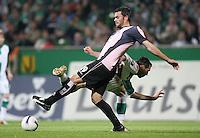Fussball  UEFA Pokal  Halbfinale  Rueckspiel  Saison 2006/2007 Werder Bremen - Espanyol Barcelona              Marc TORREJON (vorn, Barcelona) gegen Hugo ALMEIDA (hinten, Bremen)