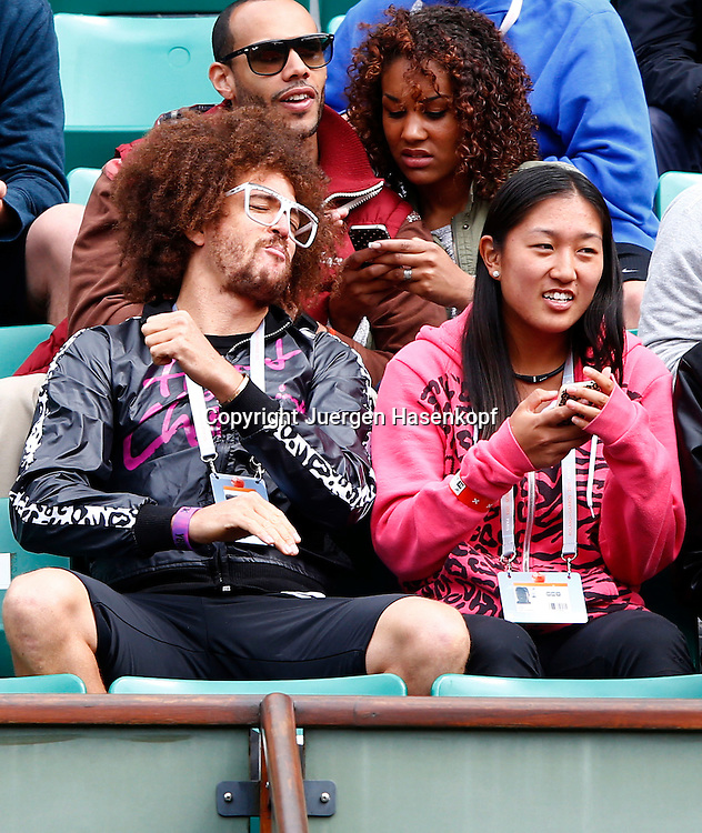 French Open 2013, Roland Garros,Paris,ITF Grand Slam Tennis Tournament, RedFoo, Freund von Victoria Azarenka(BLR) reagiert enttaeuscht,daneben Managerin Meilen Tu in der Spielerloge,Halbkoerper,Querformat,