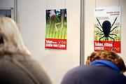Nederland, Utrecht, 25-1-2014Bezoekers en stands op de gezondheidsbeurs. De beelden respecteren de privacy van de bezoekers.De nieuwste gezondheidstrends en informatie over gezond leven met fruitdrankjes, oogmetingen, checkups, massage,medicinale kruiden, kruidenthee, zelftests, handlezen en nog veel meer....teken, tekenbeet en de ziekte van Lyme, patientenvereniging, lymeverenigingFoto: Flip Franssen