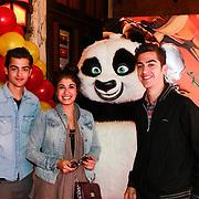 NLD/Amsterdam/20110611 - Premiere Kung Fu Panda 2, Marius en Jasper Gottlieb en Fatma Genc met de Kong Fu Panda