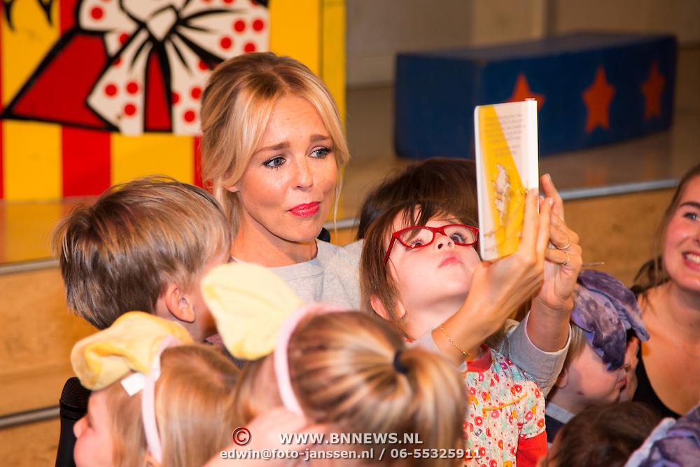 NLD/Amsterdam/20150908- Chantal Janzen leest voor uit speciale uitgave van Woezel & Pip, Chantal Janzen leest voor uit de speciale uitgave van het verhaal Circus Woepi, uit de voorleesbundel 'Samen Spelen!'