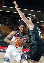02.09.2014, City Arena, Bilbao, ESP, FIBA WM, USA vs Neuseeland, im Bild USA's Rudy Gay (l) and New Zealand's Casey Frank // during FIBA Basketball World Cup Spain 2014 match between USA and New Zealand at the City Arena in Bilbao, Spain on 2014/09/02. EXPA Pictures © 2014, PhotoCredit: EXPA/ Alterphotos/ Acero<br /> <br /> *****ATTENTION - OUT of ESP, SUI*****