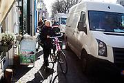 In Utrecht moeten fietsers afstappen om voorbij een bestelwagen te komen die aan het laden en lossen is.<br /> <br /> In Utrecht cyclists have to get of their bikes to pass a van unloading.