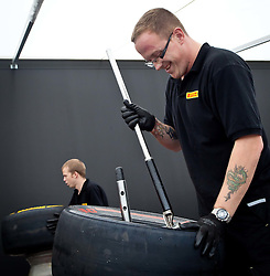 28.07.2011, Hungaroring, Budapest, HUN, F1, Grosser Preis von Ungarn, Hungaroring, im Bild ein Pirelli Techniker beim Aufziehen eines Reifens auf eine Felge // When fitting a Pirelli engineer during the Formula One Championships 2011 Hungarian Grand Prix held at the Hungaroring, near Budapest, Hungary, 2011-07-28, EXPA Pictures © 2011, PhotoCredit: EXPA/ J. Feichter