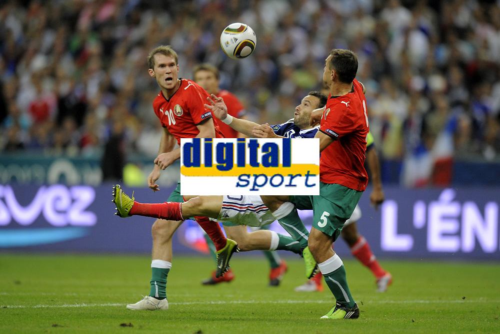 FOOTBALL - UEFA EURO 2012 - QUALIFYING - GROUP D - FRANCE v BELARUS - 3/09/2010 - PHOTO JEAN MARIE HERVIO / DPPI - MATHIEU VALBUENA (FRA) / ALEKSANDR HLEB / ALEKSANDR YUREVICH (BIE)