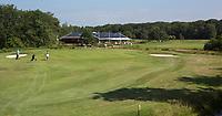 OUDEMIRDUM - Hole 9 met clubhuis. Golfclub Gaasterland ligt in Zuidwest-Friesland en heeft een schitterende 9 holes natuurbaan. COPYRIGHT KOEN SUYK