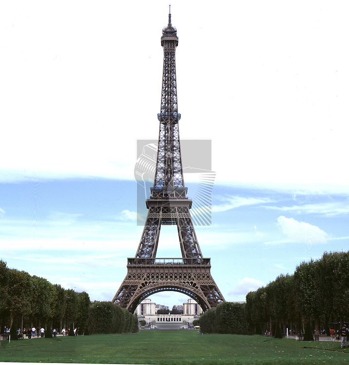 A straight on shot of the eifeltower