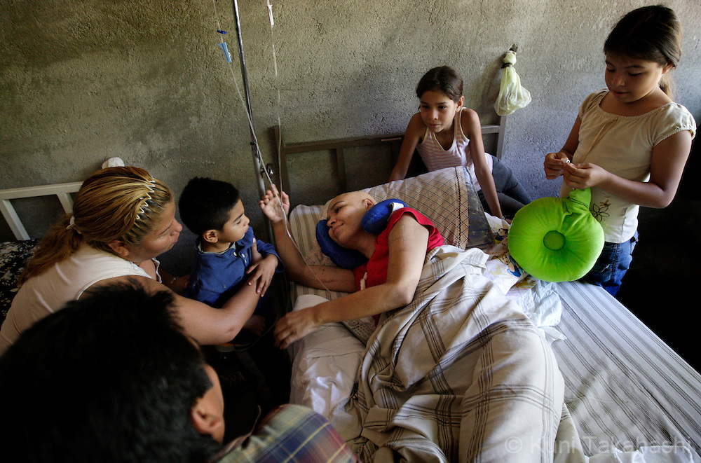 Mariana de la Torre, 29, is surrounded by her children, Diego, 3, Andrea, 11, and other family members at her family's house in Apatzingan, Mexico on Feb 25, 2009.<br /> (Photo by Kuni Takahashi)