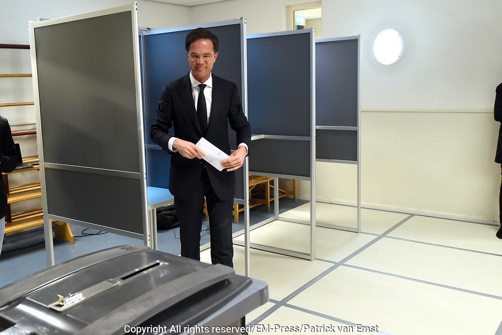 VVD-leider Mark Rutte brengt in Schoolvereniging Wolters, Den Haag zijn stem uit voor de Tweede Kamerverkiezingen<br /> <br /> PVV leader Mark Rutte  brings Elemental school Schoolvereniging Wolters in The Hague his vote for the parliamentary elections<br /> <br /> Op de foto: VVD-leider Mark Rutte