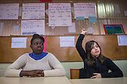 Marisa (L) en Vuk (R), leerlingen van meester Rachid Saguer tijdens een les over de laicite (religieuze neutraliteit) in hun klaslokaal. De Ecole Primaire Romain Rolland, Bobigny, 5 km ten noorden van Parijs, heeft leerlingen van vele nationaliteiten. De laicite (religieuze neutraliteit) staat onder spanning na de recente aanslagen in Parijs. Enkele leerlingen praatten de aanslagen op de journalisten goed en hadden antisemitische uitspraken. De schooldirectie reageerde met speciale lessen over de aanslagen.