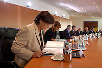 20 OCT 2004, BERLIN/GERMANY:<br /> Ulla Schmidt, SPD, Bundesgesundheitsministerin, liest am Kabinettstisch in ihren Unterlagen, vor Beginn der Kabinettsitzung, Bundeskanzleramt<br /> IMAGE: 20041020-01-010<br /> KEYWORDS: Sitzung, Kabinett, Akte, Akten, lesen