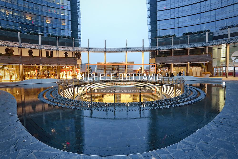 Milano,  piazza Gae Aulenti e torre Unicredit nel nuovo quartiere di Porta Nuova vicino alla Stazione Garibaldi.