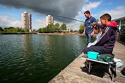 UK ENGLAND LONDON 10AUG06 - Angling Coach Grant Fear introduces inner city children to the secrets of angling at Canada Water Docks in East London. Thames 21 Angling Development Project at Canada Water Dock, London seeks to introduce and involve inner-city children with angling around various locations in London...jre/Photo by Jiri Rezac..© Jiri Rezac 2006..Contact: +44 (0) 7050 110 417.Mobile:  +44 (0) 7801 337 683.Office:  +44 (0) 20 8968 9635..Email:   jiri@jirirezac.com.Web:    www.jirirezac.com..© All images Jiri Rezac 2006 - All rights reserved.