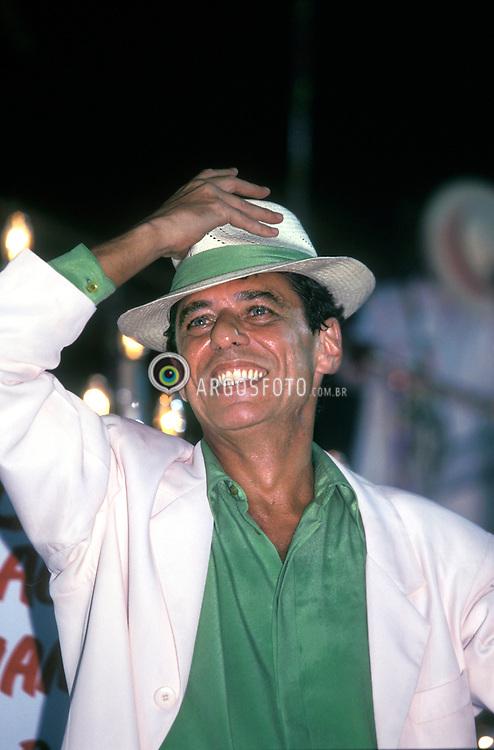 Rio de Janeiro; RJ; Brasill 1998 - Carnaval..Mangueira, campea do carnaval carioca. Chico Buarque, destaque da escola./Mangueira , carioca carnival champion. With Chico Buarque as an eminence..Foto © Marcos Issa/Argosfoto