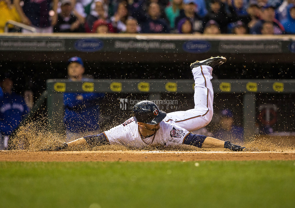 MINNEAPOLIS, MN- MAY 29: Shane Robinson #21 of the Minnesota Twins slides against the Toronto Blue Jays on May 29, 2015 at Target Field in Minneapolis, Minnesota. The Blue Jays defeated the Twins 6-4. (Photo by Brace Hemmelgarn) *** Local Caption *** Shane Robinson