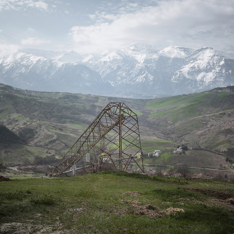 One of the doezens of high voltage oylons collapsed in Abruzzo as a result of landslides and strong winds. It is in fact the hydrogeological instability of Abruzzo one of the adverse conditions in the constructionof mega-projects such as the Villanova-Gissi power line.<br /> Roccascalegna (CH)