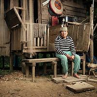 Dayak Punan of Teronoi, Central Kalimantan, Indonesia.<br /> <br /> Kadir istuu kotinsa kuistilla, h&auml;n on yksi kyl&auml;n vanhempia. H&auml;n on ammatiltaan kalastaja ja asuu vaimonssa kanssa t&auml;ss&auml; puutalossa.