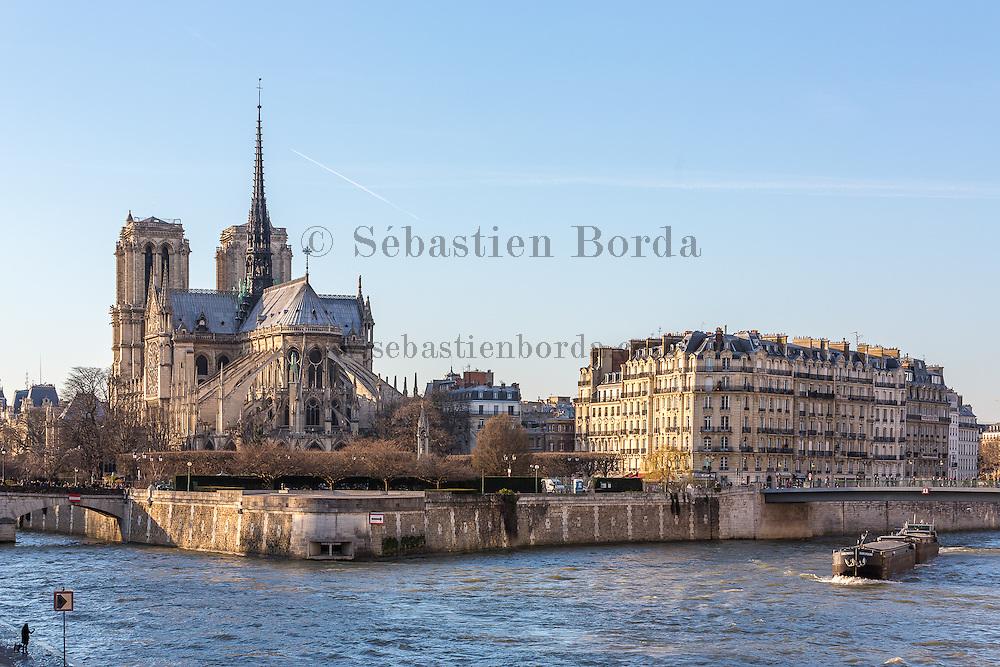 Péniche navigant sur la Seine devant la Cathédrale Notre Dame de Paris // Péniche boat on Seine river in front of Notre-Dame cathedral