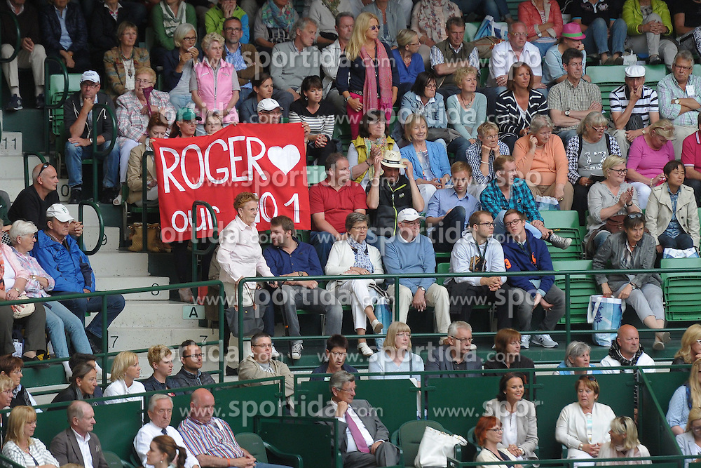 17.06.2015, Gerry Weber Stadion, Halle Westfalen, GER, ATP Tour, Gerry Weber Open 2015, Tag 3, im Bild dien Fans feiern Roger Federer als ihre Nummer eins, // during day tree of 2015 Gerry Weber Open of ATP world Tour at the Gerry Weber Stadion in Halle Westfalen, Germany on 2015/06/17. EXPA Pictures &copy; 2015, PhotoCredit: EXPA/ Eibner-Pressefoto/ Franz<br /> <br /> *****ATTENTION - OUT of GER*****