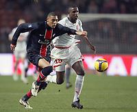 Fotball<br /> Frankrike<br /> Foto: DPPI/Digitalsport<br /> NORWAY ONLY<br /> <br /> FOOTBALL - UEFA CUP 2008/2009 - GROUP STAGE - GROUP A - 18/12/2008 - PARIS SG v FC TWENTE - GUILLAUME HOARAU (PSG) / DOUGLAS (TWE)